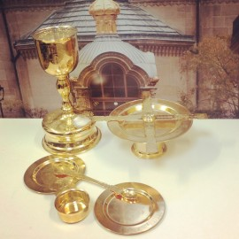 Objets Eucharistique (Calices 0.75 (et 0,5 litre), Patène, Astérisque, Cuiller, 2 Plateaux et Tasse pour l'Eau et le Vin). Dorés, Argentés.